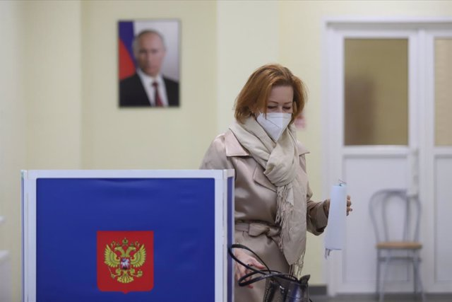 19 September 2021, Russia, Saint Petersburg: A woman votes during the parliamentary and local elections in Russia. Photo: Sergei Mikhailichenko/SOPA Images via ZUMA Press Wire/dpa