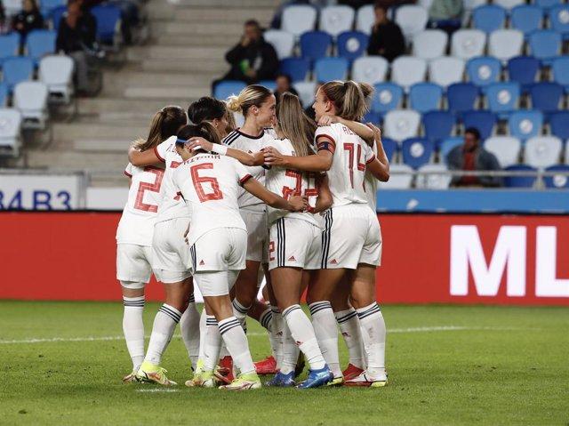 Las jugadoras de la selección femenina de fútbol celebran uno de sus goles ante Hungría