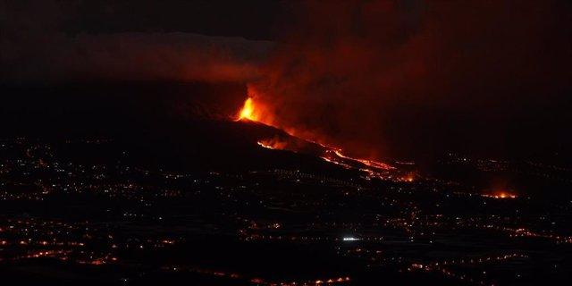 Una boca eruptiva expulsa lava y piroclastos en la zona de Cabeza de Vaca, a 20 de septiembre de 2021, en El Paso, La Palma, Santa Cruz de Tenerife, Islas Canarias, (España).