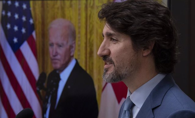 Archivo - 23 February 2021, Canada, Ottawa: Canadian Prime Minister Justin Trudeau (R) delivers his statement during a virtual joint press conference with US President Joe Biden (on screen) following a virtual meeting. Photo: Adrian Wyld/The Canadian Pres