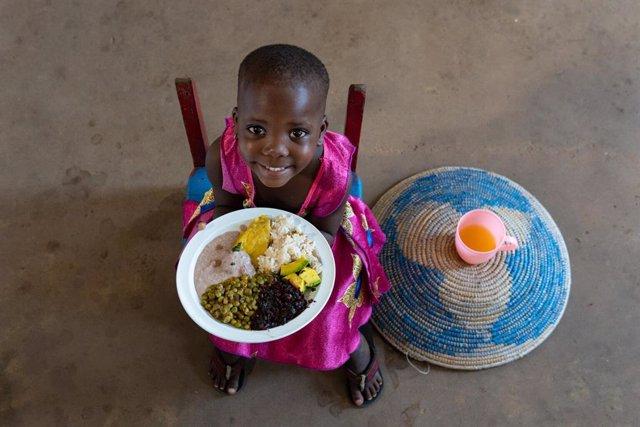 Menor de Uganda con un plato de comida