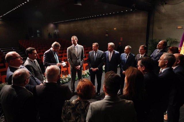 Archivo - El Rey Felipe VI con representantes de la Universidad de Jaén, encabezados por el rector, Juan Gómez.