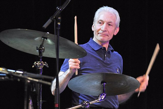 Archivo - FILED - 12 January 2010, Bavaria, Munich: Charlie Watts, drummer of English rock band The Rolling Stones, makes a guest appearance at the Variete GOP. Watts is dead at 80, according to his agent, Bernard Doherty. Photo: picture alliance / dpa