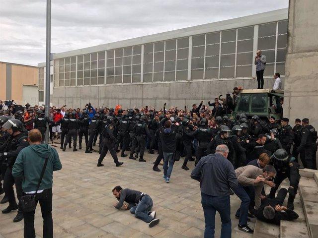 Archivo - Arxiu - La Guàrdia Civil entra al punt de votació de l'expresident de la Generalitat Carles Puigdemont l'1-O