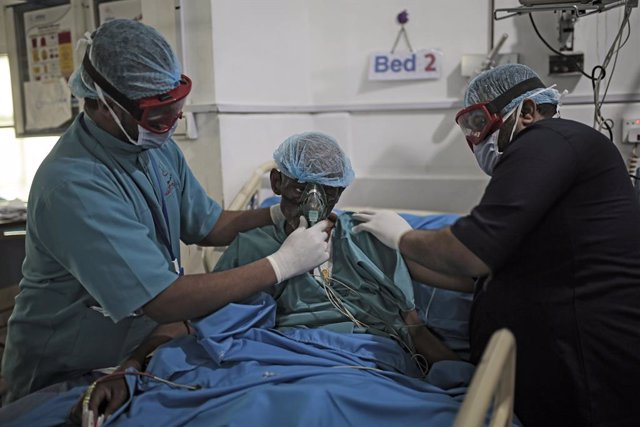 Archivo - 12 January 2021, Yemen, Sanaa: Medics attend to a patient inside the intensive care unit of a hospital in Sanaa. Several Yemeni patients with different symptoms, including that of the coronavirus infection, have been admitted to the ICU to isola
