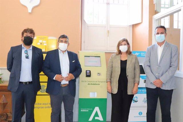 Inauguración en la UHU de una de las cinco máquinas de recarga de la tarjeta del Consorcio de Transporte Metropolitano Costa de Huelva.