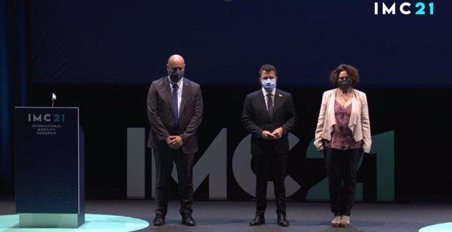 El director de l'International Mobility Congress (IMC21), Joan Serra, el president de la Generalitat, Pere Aragonès, i l'alcaldessa de Sitges (Barcelona), Aurora Carbonell