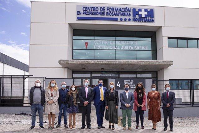 Lejandro Abarca, consejero delegado de HM Hospitales, y Pedro del Cura, alcalde de Rivas Vaciamadrid junto a representantes de la corporación municipal de Rivas Vaciamadrid y de HM Hospitales.