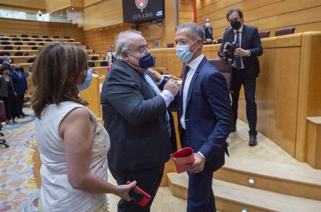 Archivo - Arxiu - La portaveu del Grup Socialista al Congrés, Adriana Lastra, el senador del PSOE Tontxu Rodríguez (c) i Ander Gil, fins ara senador del PSOE, a l'hemicicle