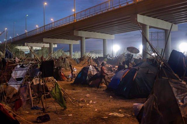 Campamento improvisado de migrantes en Del Rio, Texas