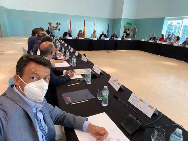 El director d'urbanisme del Consorci de la Zona Franca de Barcelona, Mario Serrano, durant la reunió