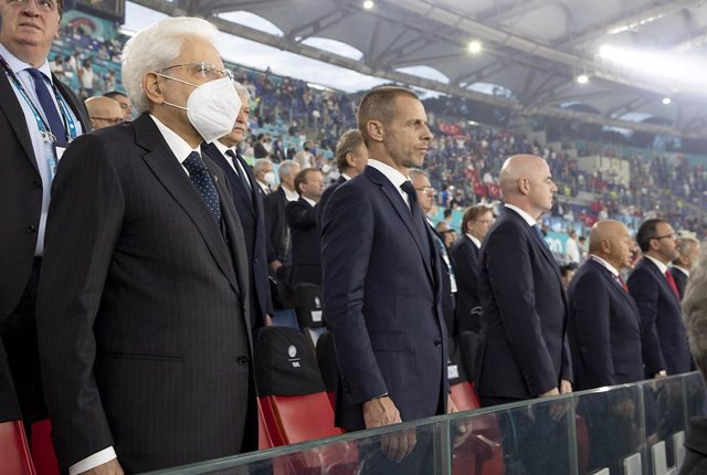 Archivo - HANDOUT - 11 June 2021, Italy, Rome: (L-R)Italian President Sergio Mattarella, UEFA president Aleksander Ceferin and FIFA president Giovanni Infantino attend the UEFA EURO 2020 Group Asoccer match between Italy and Turkey at the Olympic Stadiu