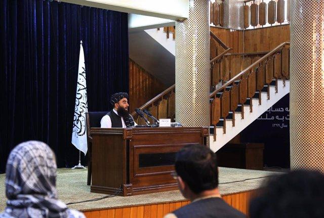 El portavoz talibán, Zabihulá Mujahid, habla en rueda de prensa en Kabul