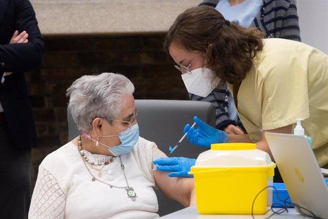 Una mujer recibe una dosis de la vacuna de Pfizer contra la Cocid-19.