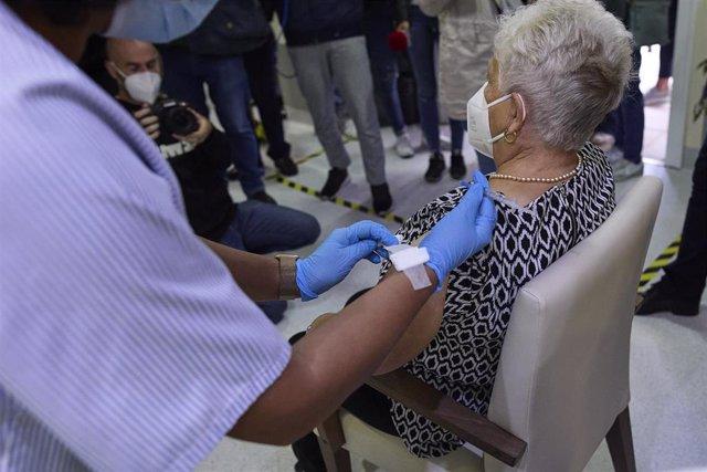 Una sanitaria vacuna a una mujer en la Residencia de Mayores Vista Alegre, a 22 de septiembre de 2021, en Madrid, (España). La Comunidad de Madrid comienza este miércoles a administrar terceras dosis en las residencias de mayores frente al Covid-19, que s