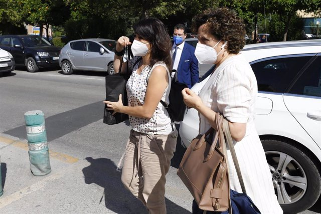 Archivo - Juana Rivas (izq) el día que acudió al Centro de Inserción Social Matilde Cantos para entregarse.
