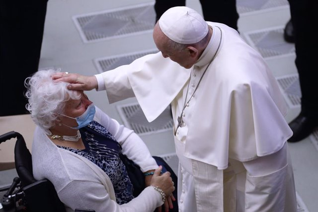 22 September 2021, Vatican, Vatican City: Pope Francis (R) blesses a woman during his weekly general audience at the Paul VI Hall. Photo: Evandro Inetti/ZUMA Press Wire/dpa