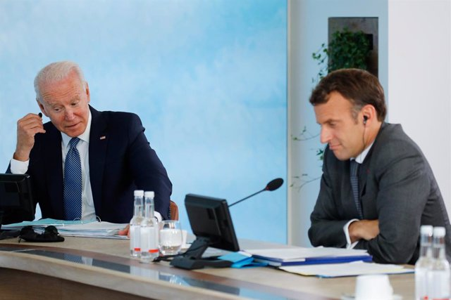 Archivo - 13 June 2021, United Kingdom, Carbis Bay: US President Joe Biden (L) and French President Emmanuel Macron attend a plenary session as part of the G7 Summit. Photo: Phil Noble/PA Wire/dpa