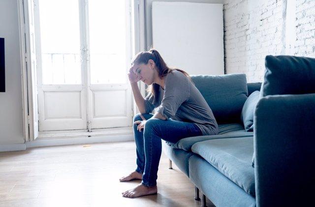 Archivo - Mujer sentada en un sillón pensado. Depresión.
