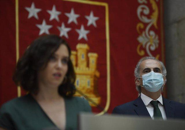 Archivo - La presidenta de la Comunidad de Madrid, Isabel Díaz Ayuso, junto al consejero de Sanidad, Enrique Ruiz Escudero, durante la presentación de la estrategia de continuidad del Covid-19,, en la Casa de Correos, Madrid (España), a 28 de julio de 202