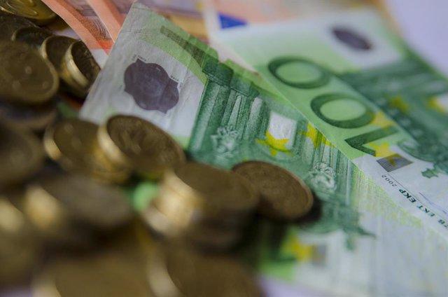 Archivo - Arxiu - Imatge de recurs de monedes i bitllets d'euro