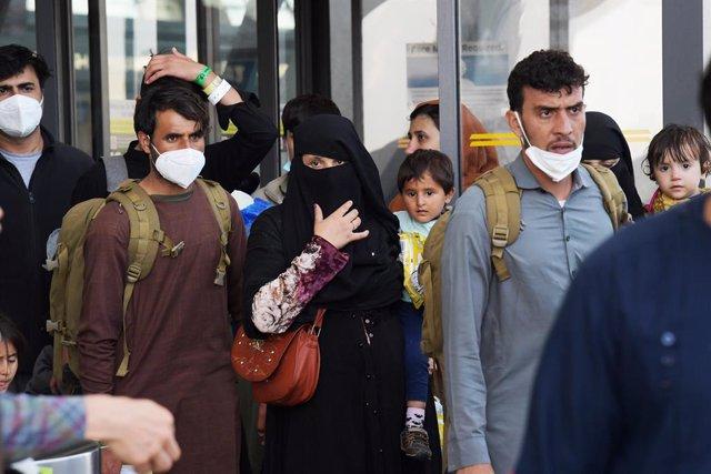 Refugiados de Afganistán llegan a un aeropuerto de EEUU