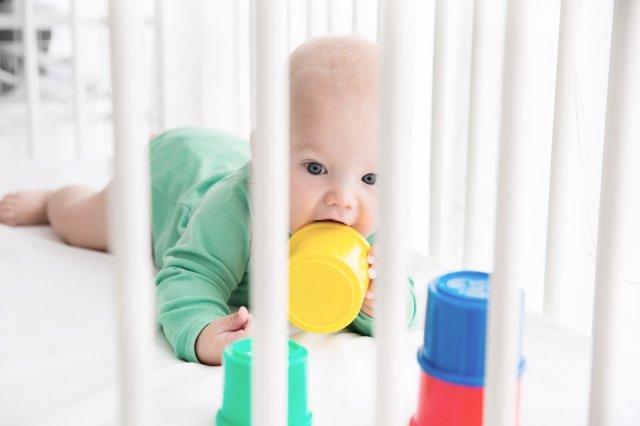 Archivo - Estimular al bebé en la cuna