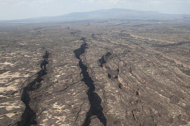 Vista a lo largo de la fisura Manda-Hararo activa, hacia el volcán Dabbahu, Afar, Etiopía