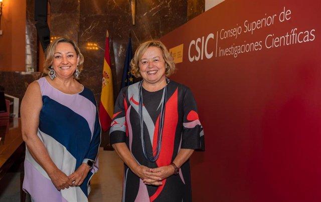 La investigadora Ángela Nieto y  la presidenta del Consejo Superior de Investigaciones Científicas (CSIC), Rosa Menéndez