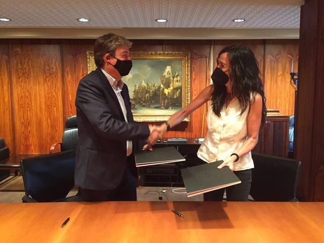 La presidenta de la Cámara de Barcelona, Mònica Roca, y el presidente de la Fundació Catalunya Cultura, Eloi Planes, en el momento de la firma.