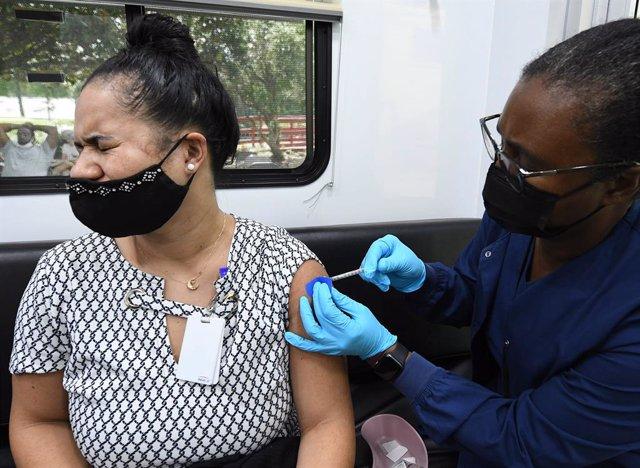 Archivo - Arxiu - Una dona rep la vacuna contra el coronavirus de Pfizer