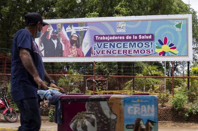 Archivo - Cartel con la imagen de Daniel Ortega y Rosario Murillo en Managua, Nicaragua.