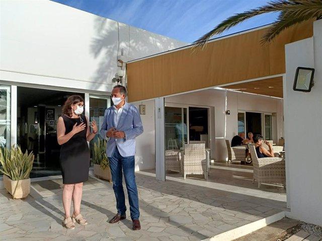 El delegado territorial de Turismo visita el Hotel Continental de Mojácar (Almería).