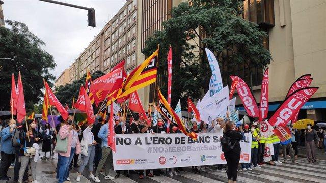 La concentració a la seu de Banc Sabadell a Sabadell (Barcelona)