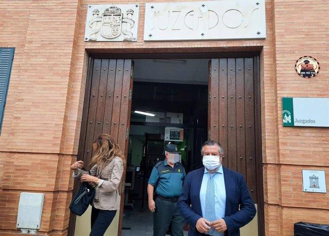 El delegado territorial de Regeneración, Justicia y Administración Local de la Junta en Huelva, Alfredo Martín, en su visita a la sede judicial de Moguer.