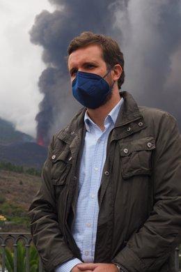 El presidente del Partido Popular, Pablo Casado, ofrece declaraciones de los medios en un mirador próximo al volcán, después de visitar los centros de las personas desplazadas por la erupción del volcán de Cumbre Vieja, a 22 de septiembre de 2021, en La P