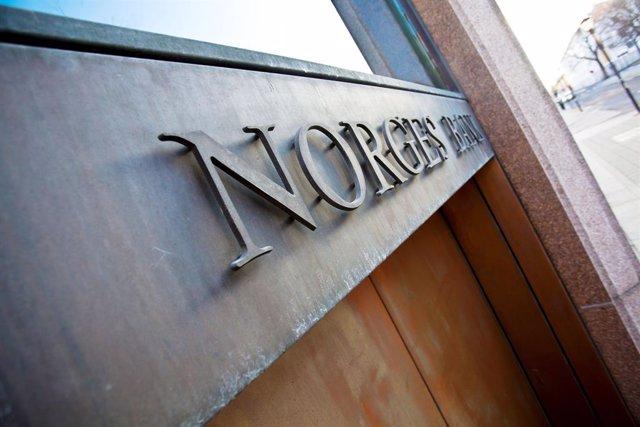 Archivo - Nombre de Norges Bank en la fachada de su sede en Oslo.