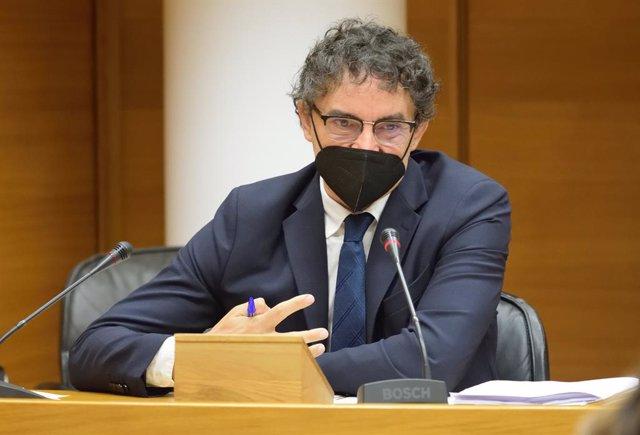 El secretari autonòmic de Turisme, Francesc Colomer, compareix a Les Corts.