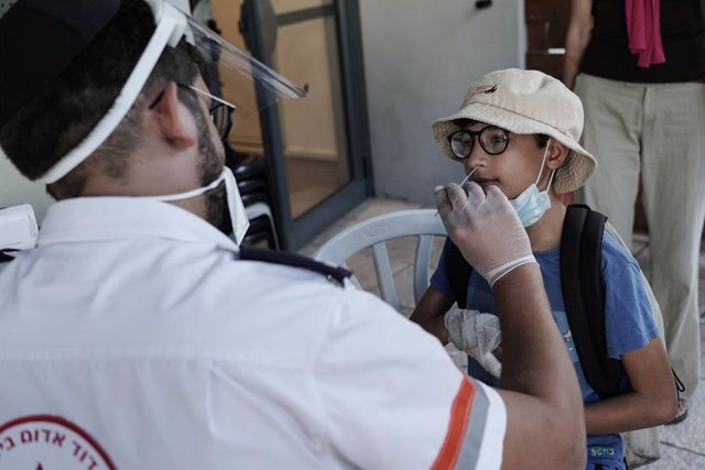 Archivo - 23 August 2021, Israel, Jerusalem: A health worker takes a swab for a coronavirus test from a child at a test centre. Photo: Nir Alon/ZUMA Press Wire/dpa