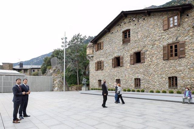 El vicepresident de la Generalitat, Jordi Puigneró, i el ministre andorrà de Presidència, Economia i Empresa, Jordi Gallardo, davant de la Casa de la Vall, antiga seu del Consell General d'Andorra