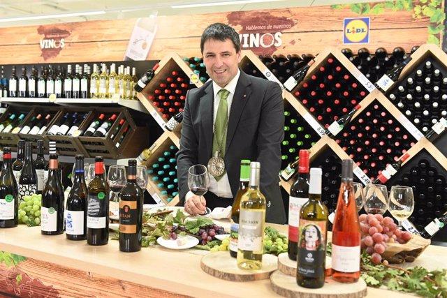 El sumiller Jon Andoni Rementeria con su selección de vinos de Lidl