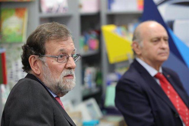 Archivo - El expresidente del Gobierno Mariano Rajoy (i), y el exministro de Interior y miembro del PP, Jorge Fernández Díaz.