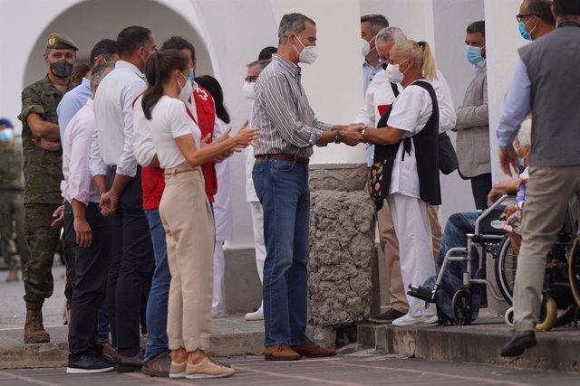 El rey Felipe VI y la reina Letizia hablan con evacuados por la erupción del volcán de Cumbre Vieja, que se encuentran alojados en el acuartelamiento El Fuerte (Breña Baja), a 23 de septiembre de 2021, en La Palma, Santa Cruz de Tenerife, Islas Canarias,