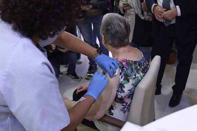 Una sanitaria vacuna a una mujer en la Residencia de Mayores Vista Alegre.
