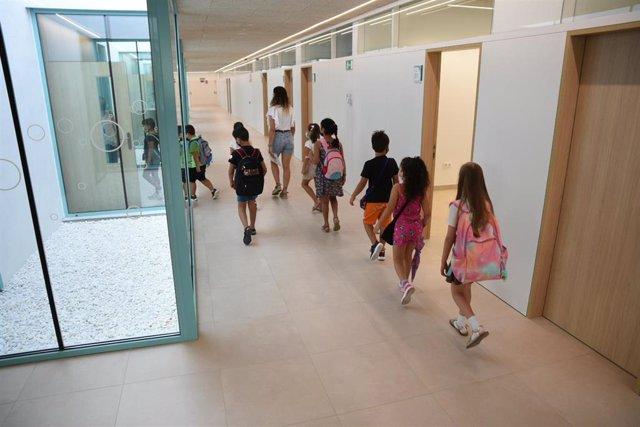 Una profesora acompaña a alumnos de Educación Primaria a un aula