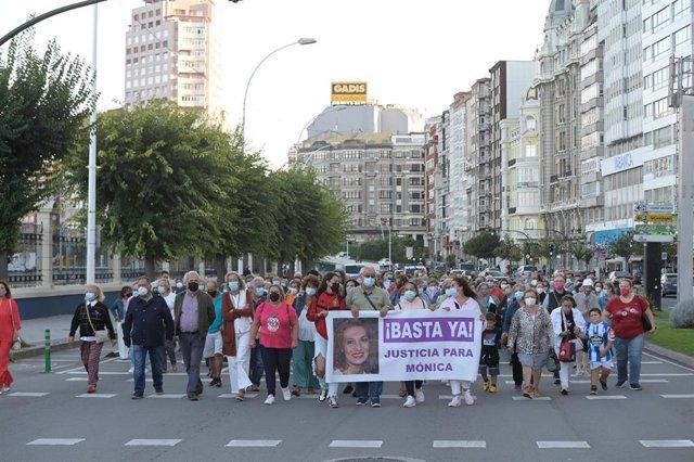 Un grupo de persoas cunha pancarta na que se le: ''Xa abonda!', participa nunha manifestación contra o crime machista dunha muller en Ou Birloque