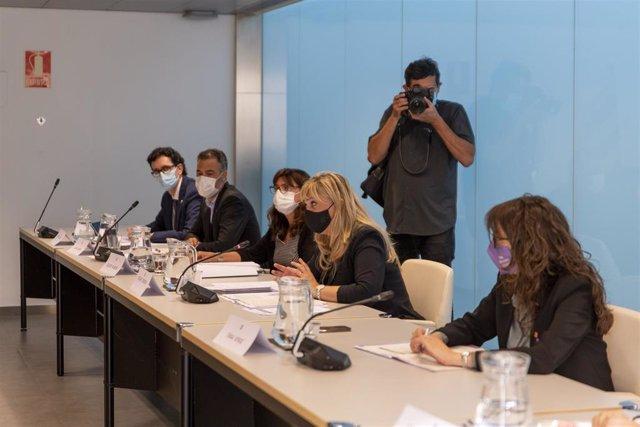 La consellera de Drets Socials de la Generalitat, Violant Cervera (2d), i la consellera d'Igualtat i Feminismes de la Generalitat, Tània Verge (1d), durant una reunió amb el Ministeri de Seguretat Social, Inclusió i Migracions