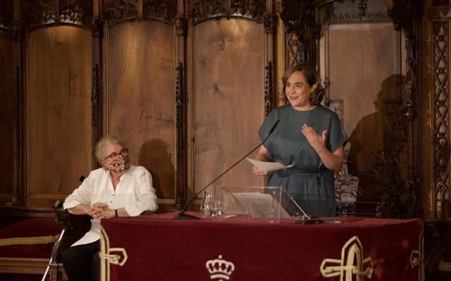 L'alcaldessa de Barcelona, Ada Colau, amb la pregonera de les festes de la Mercè, Custòdia Moreno