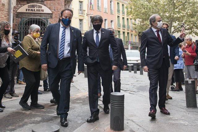 Archivo - Arxiu - (I-D) Els expresidents de la Generalitat Carles Puidgemont -12 de gener de 2016-28 d'octubre de 2017, i Quim Torra - 17 de maig de 2018-28 de setembre de 2020-, passegen durant la seva visita a Perpinyà (França), a 9 d'octubre de 2020. L