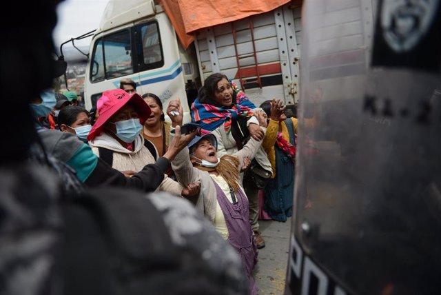 Una anciana reacciona durante una concentración convocada por los cocaleros frente a un hospital.